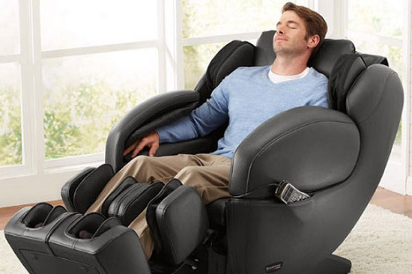 Sau ngày làm việc mệt mỏi, sẽ thật tuyệt vời khi bạn được tận hưởng sự xoa bóp thoải mái từ ghế massage