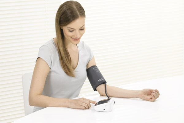 Máy đo huyết áp bắp tay Omron cho kết quả chính xác, là món quà tuyệt vời dành cho bố mẹ đấy!