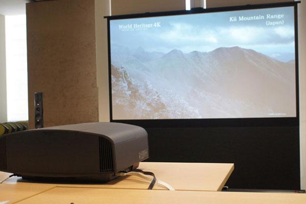 Xử lý ngay khi thấy màn hình máy chiếu xuất hiện lốm đốm để không làm ảnh hưởng công việc của bạn