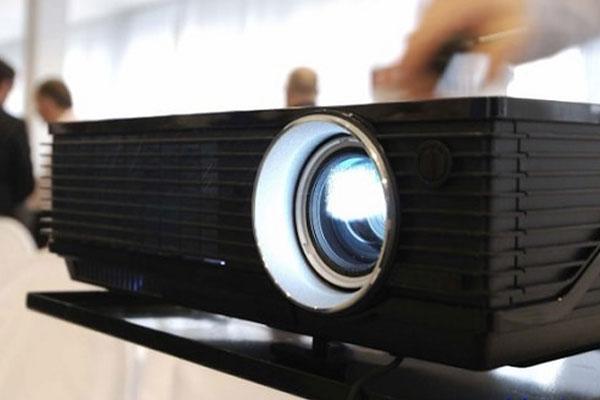 Máy chiếu sẽ không tắt nguồn nếu phát hiện bóng đèn chưa được lắp chắc chắn và hợp lý
