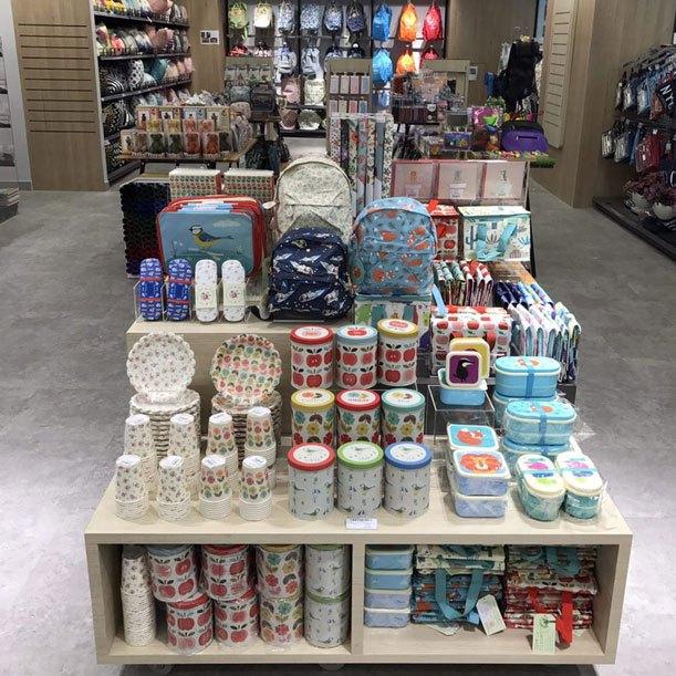 Đến với cửa hàng B2S bạn dễ dàng mua sắm các món đồ dùng đáng yêu, khó tìm được bên ngoài