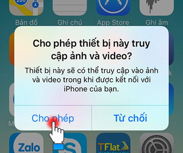 Cắm cáp kết nối iPhone với máy tính