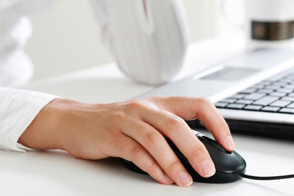 Cổ tay sẽ bị tích tụ máu nếu bạn đè nén trên mặt bàn quá lâu