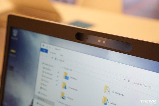 Chức năng quản lý cuộc gọi trực quan và bản lề 180° giúp dễ dàng chia sẻ màn hình