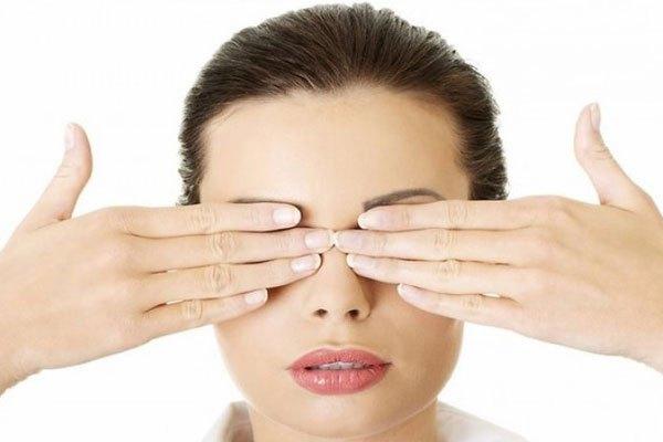 Giải tỏa căng thẳng cho đôi mắt khi dùng laptop bằng cách bằng cách áp tay được làm nóng lên mắt