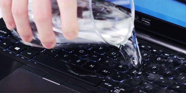 Khi nước đổ vào bàn phím máy tính, điều đầu tiên bạn cần làm là bình tĩnh