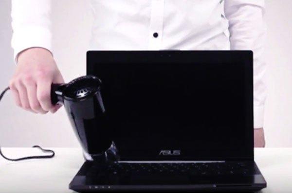 Dùng máy sấy để sấy khô hoàn toàn bàn phím. Tuy nhiên, bạn nên lưu ý tránh để hơi nóng trực phà trực tiếp vào màn hình máy tính, gây hư hỏng cho máy.