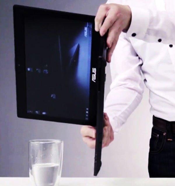 Sau đó nghiêng máy tính để nước chảy ra khỏi bàn phím.
