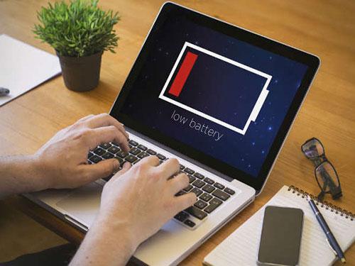 Khi laptop báo động hết pin, bạn nên sạc ngay