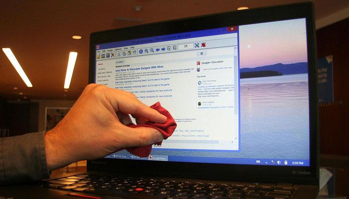 Lau màn hình laptop khi còn mở