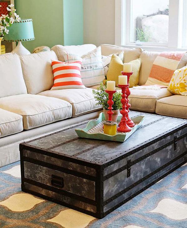 Thay vì bỏ đi, bạn có thể tận dụng những chiếc vali cũ làm bàn trà phòng khách