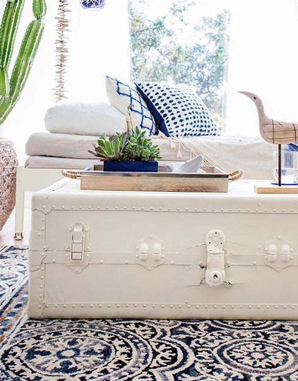 Bạn có thể sơn lại cho những chiếc vali cũ để sử dụng cho những không gian phòng khách hiện đại hơn