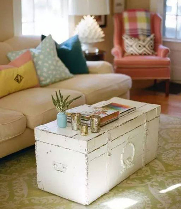 Tùy theo bộ ghế ngồi phòng khách mà bạn cũng nên có cách tận dụng chiếc bàn trà từ vali cũ một cách phù hợp