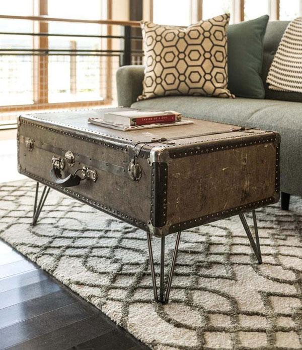 Bạn có thể gắn thêm những chiếc chân bàn bằng khung sắt để chiếc bàn trà bằng vali cũ có chiều cao tương xứng với ghế ngồi