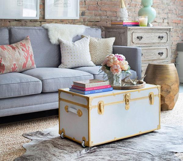 Sự kết hợp giữa gam màu trắng thuần với vàng ánh kim khiến cho chiếc bàn trà càng thêm phần nổi bật và hấp dẫn