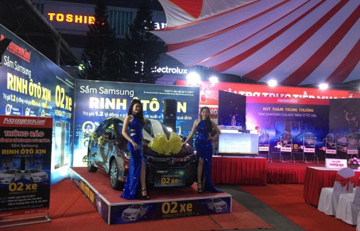 2 ô tô dành tặng 2 vị khách hàng may mắn mua sắm điện thoại hoặc máy tính bảng Samsung tại Nguyễn Kim