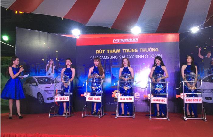 Buổi quay số diễn ra trước toàn thể quý khách hàng và ban đại diện của Nguyễn Kim