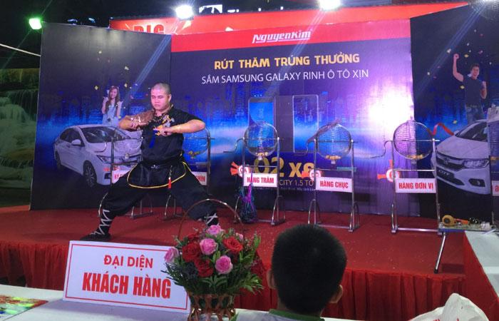 Cả chương trình biểu diễn công phu vô cùng hồi hộp cũng diễn ra tại Nguyễn Kim