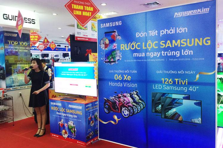 """Mỗi ngày, Nguyễn Kim sẽ tổ chức quay số để xác định khách hàng trúng thưởng của chương trình """"Đón Tết phải lớn - Rước quà Samsung"""""""