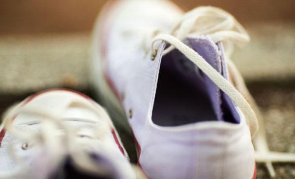 Tháo bỏ dây giày, bỏ vào một túi vải. Bỏ các tấm đế lót ra khỏi giày. Cho giày và túi đựng dây vào máy giặt, dùng lượng bột giặt bình thường, bổ sung thêm chút giấm để tẩy trắng. Giặt bằng nước lạnh