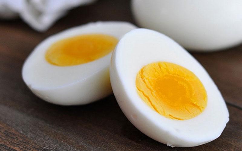 Trứng luộc rất bổ dưỡng vì chúng chứa nhiều vitamin, khoáng chất và một loạt các chất dinh dưỡng cần thiết khác