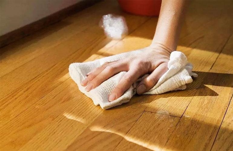 Chỉ lau sàn nhà bằng giẻ khô và lưu ý tuyệt đối không được bật quạt