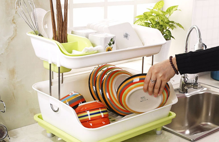 Với bát đũa nên tráng nước sôi, để lên giá cho khô rồi cất vào trong tủ bát