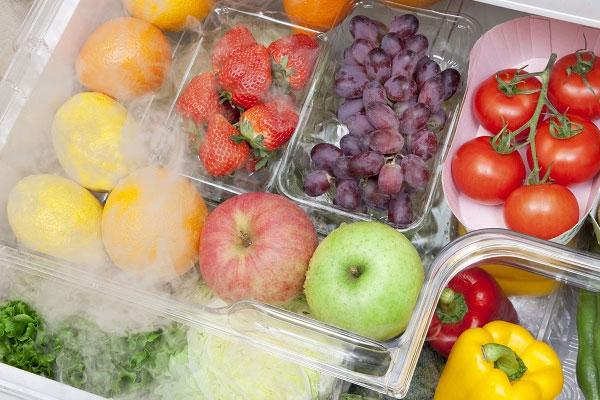 Phân loại trái cây và cho vào từng túi riêng biệt để bảo quản phù hợp