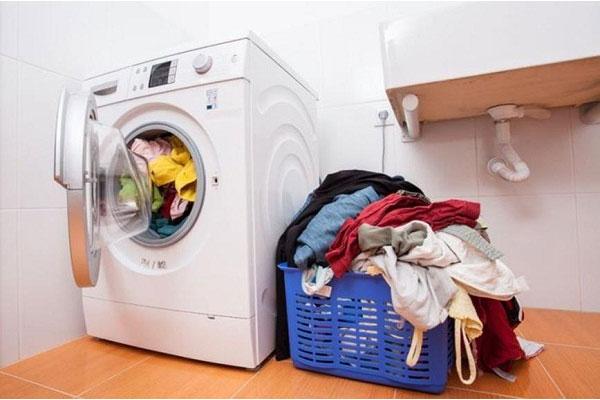 Quần áo bẩn không nên để chất đống mà thay vào đó nên được giặt càng sớm càng tốt, kể cả trời nắng hay mưa