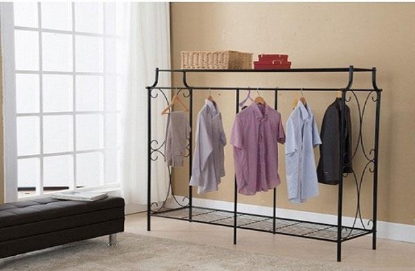 Nên phơi quần áo ở gần cửa sổ hoặc có thể dùng đinh để nối hai đầu sợi dây thép lại với nhau và phơi trong nhà