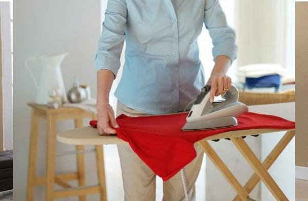 Là (ủi) đồ trước khi mặc vừa giúp dáng quần áo đẹp hơn mà còn triệt tiêu tối đa độ ẩm còn giữ trên vải trong quá trình lưu trữ