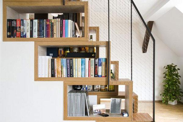"""Cầu thang hoặc gầm cầu thang ở các công trình nhà lô, thường khá lộ. Vì vậy, việc tận dụng """" lợi thế """" của chúng, bạn hoàn toàn có thể decor góc thang của mình thành điểm nhấn cho phòng khách."""
