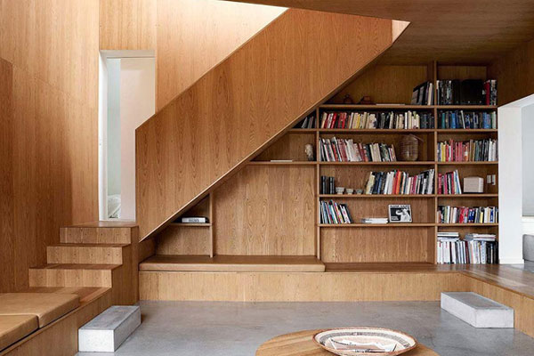 Đây là một trong những cách tận dụng không gian trống vô cùng thông minh và hữu ích. Thay vì một tiểu cảnh nhân tạo, bạn có thể sở hữu một giá sách gọn và hợp lý đến thế này.