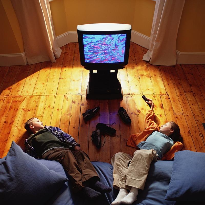 Nằm xem tivi trên sofa với khoảng cách không phù hợp sẽ ảnh hưởng đến sức khỏe