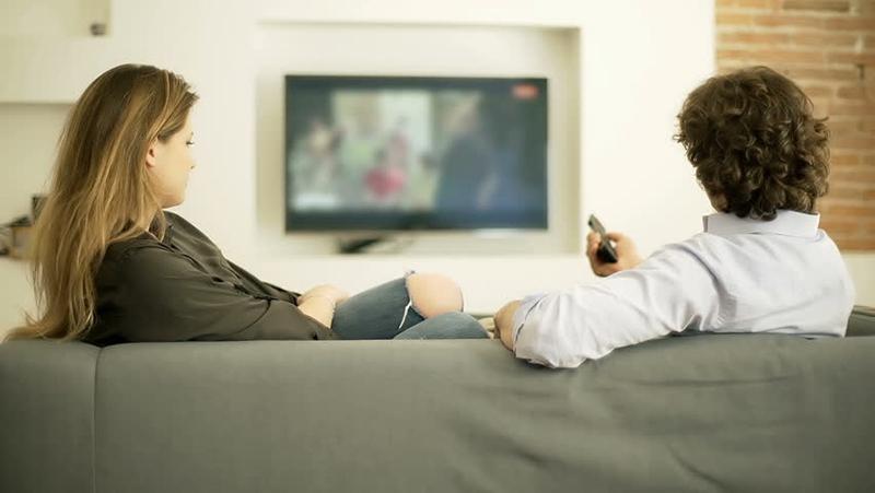 Chọn tư thế xem tivi phù hợp sẽ rất có ích cho sức khỏe
