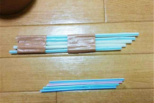 ối với những khe hẹp, có thể xếp ống hút cạnh nhau thành 1 hàng ngang rồi dán vào như ban đầu