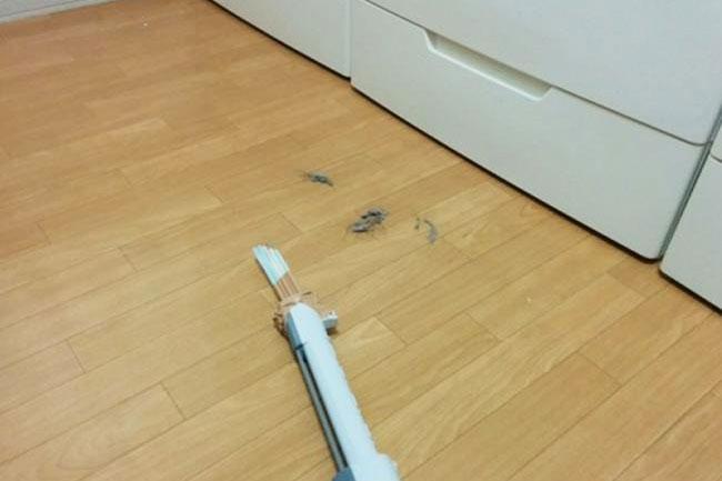 ... khe bên dưới các đồ nội thất khó nhấc ra làm sạch thường xuyên.