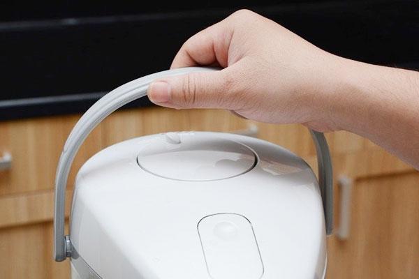 Bình thủy điện Sharp với trang bị quai cầm thuận tiện cho người dùng khi cần di chuyển