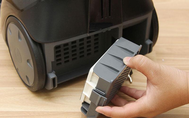 Thao tác tháo lắp màng lọc của máy hút bụi cần nhẹ nhàng, cẩn thận