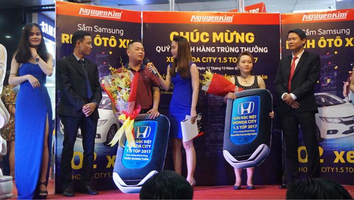 Anh Trần Quang Tuấn và chị Nguyễn Thị Huyền Trân vinh dự nhận giải từ đại diện Nguyễn Kim