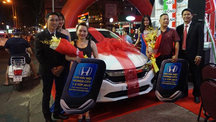 Chị Nguyễn Thị Huyền Trân vui mừng nhận giải bên chiếc xe ô tô trúng được