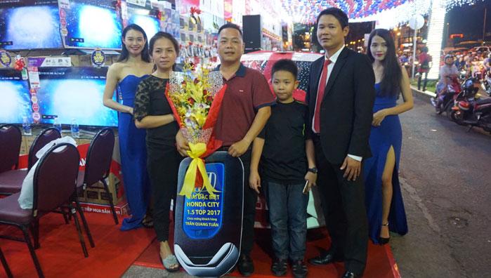 Gia đình anh Tuấn cũng rạng ngời bên anh