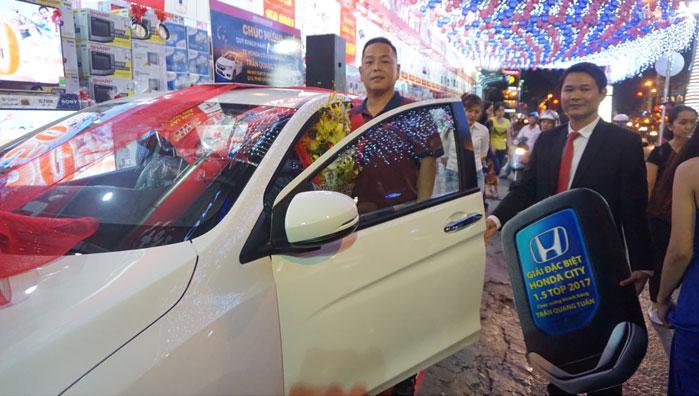 Ban đại diện Nguyễn Kim trao giải cho anh Tuấn