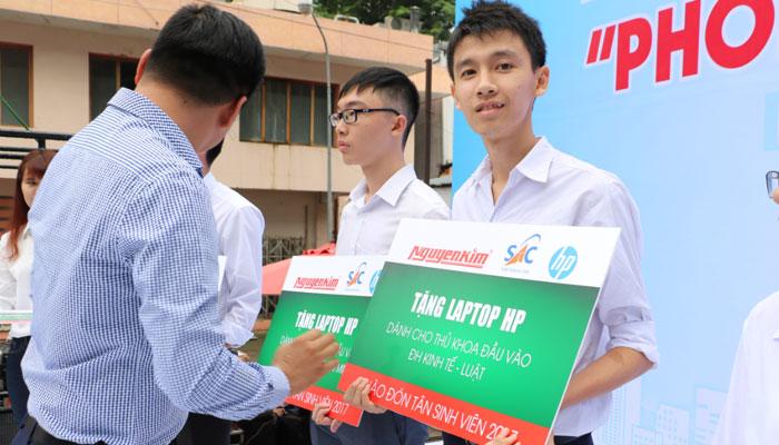 Đại diện Nguyễn Kim tặng laptop cho thủ khoa đại học