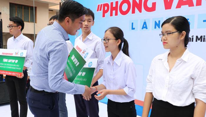10 thủ khoa đại học các trường trong địa bàn TP. Hồ Chí Minh được nhận laptop HP từ Nguyễn Kim