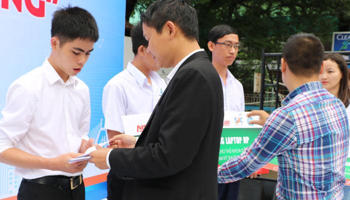 Hy vọng phần quà laptop từ Nguyễn Kim sẽ góp thêm phần động lực cho các bạn sinh viên