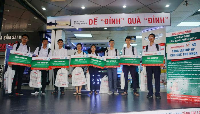 Các bạn thủ khoa đại học đến TTMS Nguyễn Kim để nhận laptop