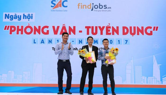 Đại diện Nguyễn Kim trong buổi lễ trao tặng laptop cho các bạn thủ khoa đại học