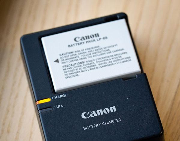 Trước khi có chuyến đi chơi xa, hãy nhớ sạc đầy pin máy ảnh để cuộc vui không bị gián đoạn nhé!