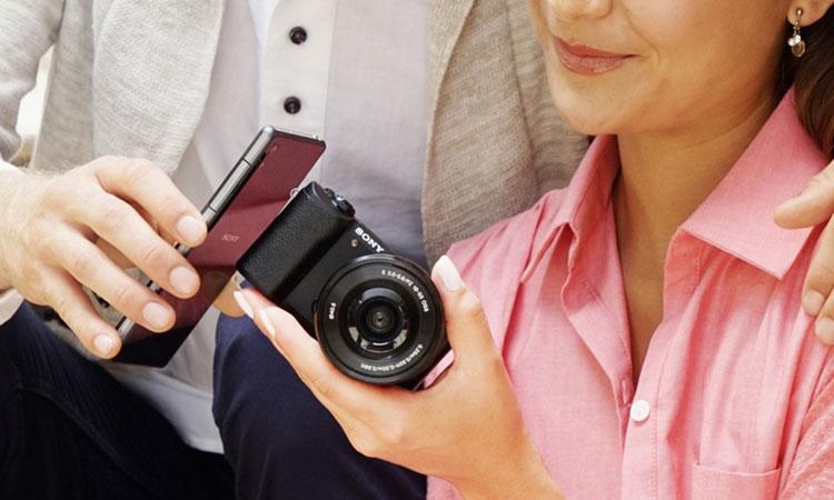Máy ảnh Sony kiểu dáng hiện đại, góp phần tô điểm cá tính cho bạn